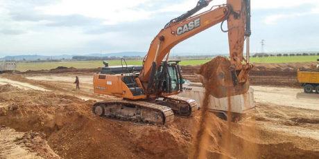 Travaux d'excavation et terrassement. Chantier Pitesti (Roumanie)
